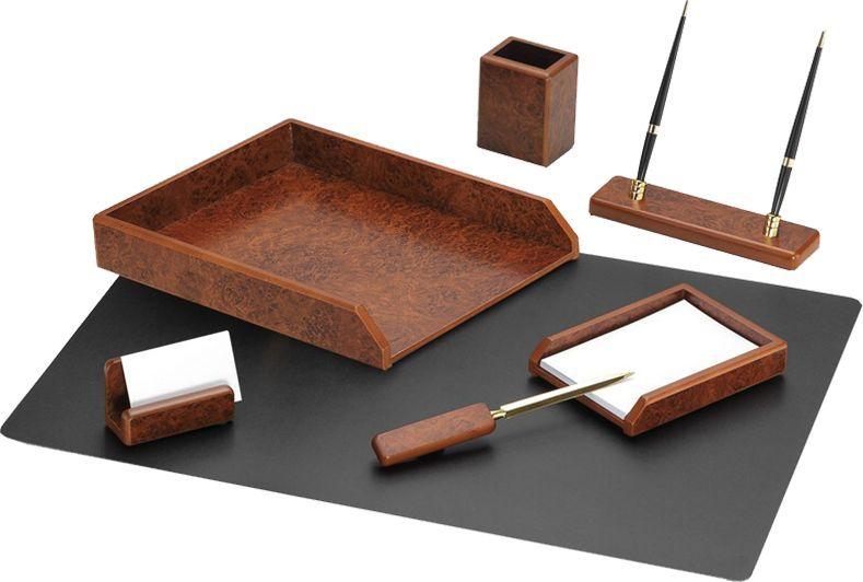 Delucci Настольный канцелярский набор 7 предметов цвет коричневый орех255637;255637Набор Delucci из натурального дерева является идеальным подарком руководителю, украсит любой кабинет или офис.В состав входят: подкладка для письма, подставка для бумажного блока, подставка для визитных карточек, нож для открывания писем, подставка для карандашей, подставка для ручек, лоток для бумаг.