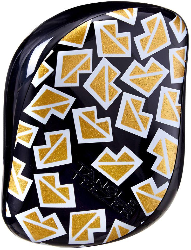 Tangle Teezer Расческа для волос Compact Styler Markus Lupfer370824Расчёска Tangle Teezer Compact Styler Markus Lupfer - уникальная модель с дизайнерским принтом! Расчёска будет с вами, где бы вы ни находились! Благодаря компактной форме эта расчёска поместится в любую сумочку, а плотно прилегающая крышка защитит расчёску от пыли и повреждений. Эргономичная форма позволяет легко расчёсывать как сухие, так и влажные волосы. Благодаря уникальному строению зубчиков, расчёска мягко скользит по волосам, не повреждая и не травмируя их. После использования расчёски волосы приобретают здоровый вид и блеск, становясь гладкими и шелковистыми.