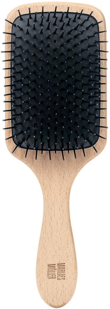 Marlies Moller Щетка массажная для волос, большая27079MMsЩетка называется - профессиональный массаж. Она прекрасно массирует и оживляет кожу головы. Усиливает кровообращение, следовательно, стимулирует рост сильных и здоровых волос. Причем, не нужно делать массаж в 4-х направлениях (экономит время). Просто приложите щетку к правому виску и двигайтесь, совершая мягкие массажные движения, по направлению к затылку. Повторяйте этот простой, но эффективный массаж, завершите, когда достигните левого виска. От уха до уха максимум 3 раза. Щетка подходит для чувствительной кожи головы, мягкая амортизация благодаря подушке из естественного каучука. Бережно распутывает влажные волосы. Идеальна даже для влажных длинных волос.Приложите щетку к правому виску и двигайтесь, совершая мягкие массажные движения, по направлению к затылку. Повторяйте этот простой, но эффективный массаж, завершите, когда достигните левого виска