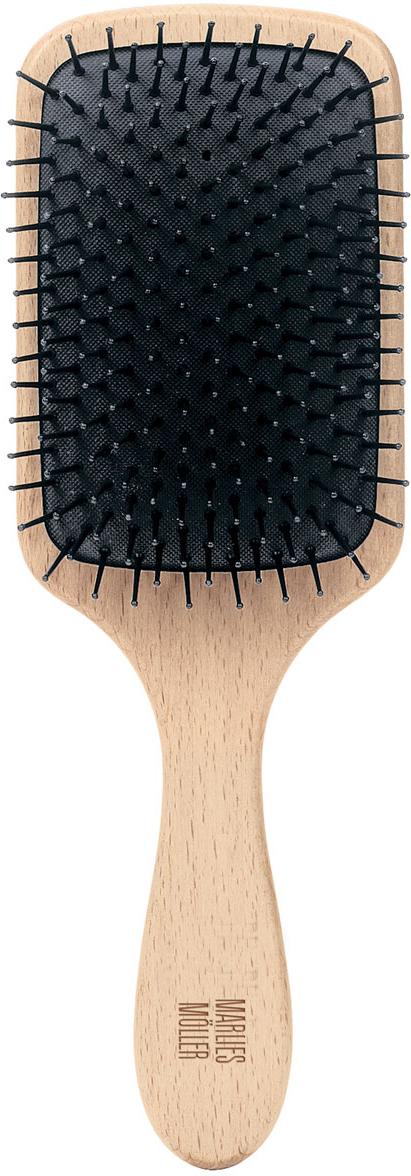 Marlies Moller Щетка массажная для волос, маленькая27120MMsЩетка называется - профессиональный массаж. Она прекрасно массирует и оживляет кожу головы. Усиливает кровообращение, следовательно, стимулирует рост сильных и здоровых волос. Причем, не нужно делать массаж в 4-х направлениях (экономит время). Просто приложите щетку к правому виску и двигайтесь, совершая мягкие массажные движения, по направлению к затылку. Повторяйте этот простой, но эффективный массаж, завершите, когда достигните левого виска. От уха до уха максимум 3 раза. Щетка подходит для чувствительной кожи головы, мягкая амортизация благодаря подушке из естественного каучука. Бережно распутывает влажные волосы. Идеальна даже для влажных длинных волос.Приложите щетку к правому виску и двигайтесь, совершая мягкие массажные движения, по направлению к затылку. Повторяйте этот простой, но эффективный массаж, завершите, когда достигните левого виска
