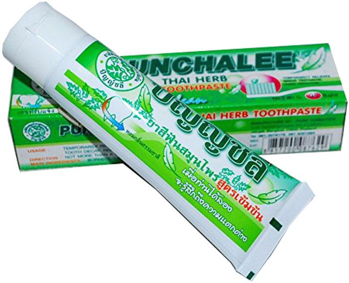 Punchalee Органическая зубная паста с тайскими травами Herbal Toothpaste, 35 г7698Тайская отбеливающая органическая зубная паста Пунчали на основе натуральных и растительных компонентов в мягкой удобной для ежедневного использования тубе, объем 35 грамм.Зубная паста Пунчали снимает зубную боль, предотвращает заболевания десен и надолго освежает дыхание. Не содержит химикатов и является 100% органическим продуктом! Благодаря натуральному составу эффективно отбеливает зубы, препятствует образованию зубного камня, удаляет темный налет от кофе, чая и табака, обладает антибактериальным эффектом, освежает полость рта, снижает чувствительность зубов. Имеет эфирно-травяной вкус, не содержит ароматизаторов и подсластителей. Результат становится заметен через неделю после начала использования пасты. Огромным плюсом зубной пасты Punchalee является её экономичность.