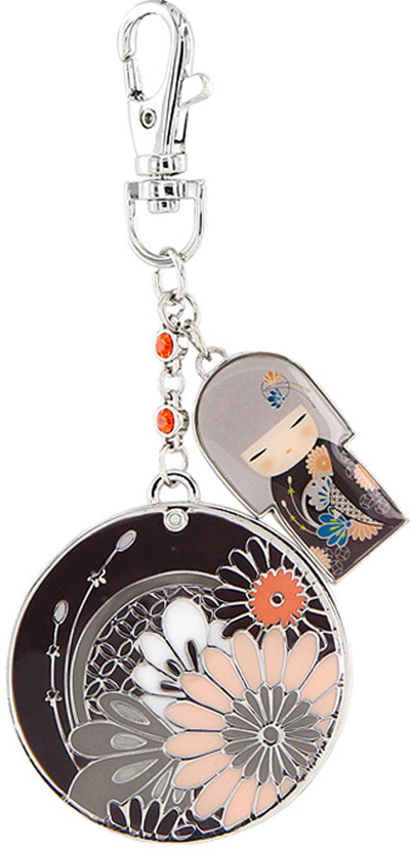 Зеркало-брелок Kimmidoll Юа (Добро) карманное. KF0515KF0515Изящное зеркало-брелок Юа выполнено в круглом металлическом корпусе серебристого цвета и декорировано цветочным орнаментом. К зеркалу на цепочке, украшенной стразами, крепится металлическая подвеска в виде японской куколки в кимоно и карабин для подвешивания.Такое зеркало-брелок станет отличным подарком представительнице прекрасного пола, ведь даже самая маленькая дамская сумочка обязательно вместит в себя миниатюрное зеркальце - атрибут каждой модницы. Характеристики:Материал: металл, стразы, стекло. Диаметр корпуса зеркала: 5 см. Размер упаковки: 9,5 см х 14 см х 2 см. Изготовитель:Китай. Артикул: KF0515.