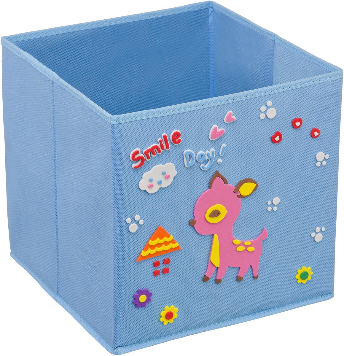 Кофр для хранения Handy Home Олененок, с аппликацией, цвет: голубойUC-106Кофр с аппликацией - универсальная система для домашнего хранения, которая дополняется интересной аппликацией с эксклюзивным и веселым детским дизайном для оформления фронтальной стороны короба. Комплект представляет собой складной короб из нетканого материала и картона, плюс самоклеящаяся аппликация из полимера, которую необходимо самому собрать в картину.Соберите всю увлекательную коллекцию у себя дома.
