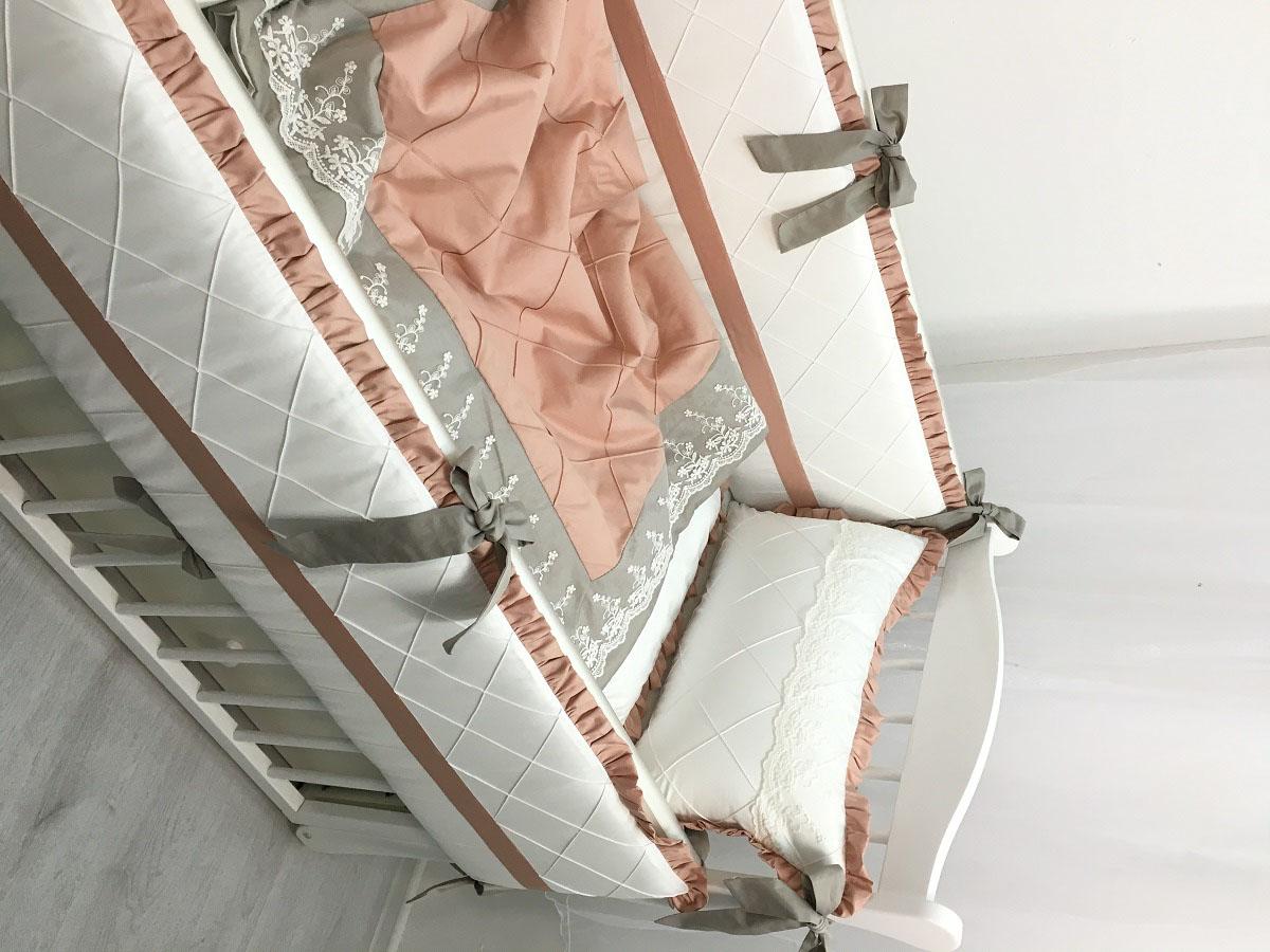 MARELE Комплект детского постельного белья в кроватку Венский вальс 11 предметов4600000100111Комплект для прямоугольной кроватки Венский вальс выполнен из сатина премиум класса. Цветовое сочетание комплекта стильно впишется в интерьер детской комнаты. Спокойная палитра подойдет как для девочек, так и для мальчиков. Набор подходит для прямоугольных кроваток с размерами 60 х 120 см и 65 х 125 см. Все чехлы на бортиках съемные с потайной молнией. В наборе: бортик 120 х 34 см - 2 шт., бортик 60 х 34 см - 2 шт., одеяло 100 х 135 см - 1 шт., ткань 100% хлопок (сатин), наполнитель холлофайбер, пододеяльник 100 х 135 см - 1 шт., подушка для малыша 30 х 45 см - 1 шт., наволочка 30 х 45 см - 1 шт., простыня на резинке -1 шт., плед 100 х 100 см, валик. Состав: ткань 100% хлопок (сатин), наполнитель холлофайбер. Перед первым применением необходимо постирать. Уход: бережная стирка.