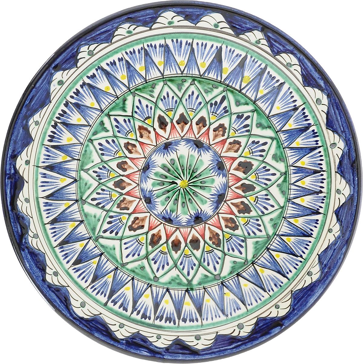 Тарелка Риштанская керамика, цвет: синий, зеленый, диаметр 27 см. 21580012158001_синий, зеленыйУзбекская посуда известна всему миру уже более тысячи лет. Ей любовались царские особы, на ней подавали еду шейхам и знатным персонам. Формула глазури передаётся из поколения в поколение. По сей день качественные изделия продолжают восхищать своей идеальной формой.Данный предмет подойдёт для повседневной и праздничной сервировки. Дополните стол текстилем и салфетками в тон, чтобы получить элегантное убранство с яркими акцентами.