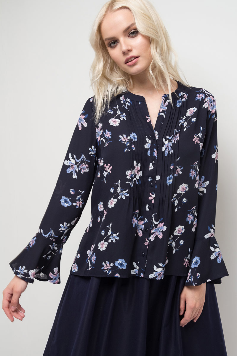 Блузка женская Sela, цвет: темно-синий. B-112/531-8120. Размер 46B-112/531-8120Блузка женская Sela выполнена из полиэстера. Модель с круглым вырезом горловины и длинными рукавами.