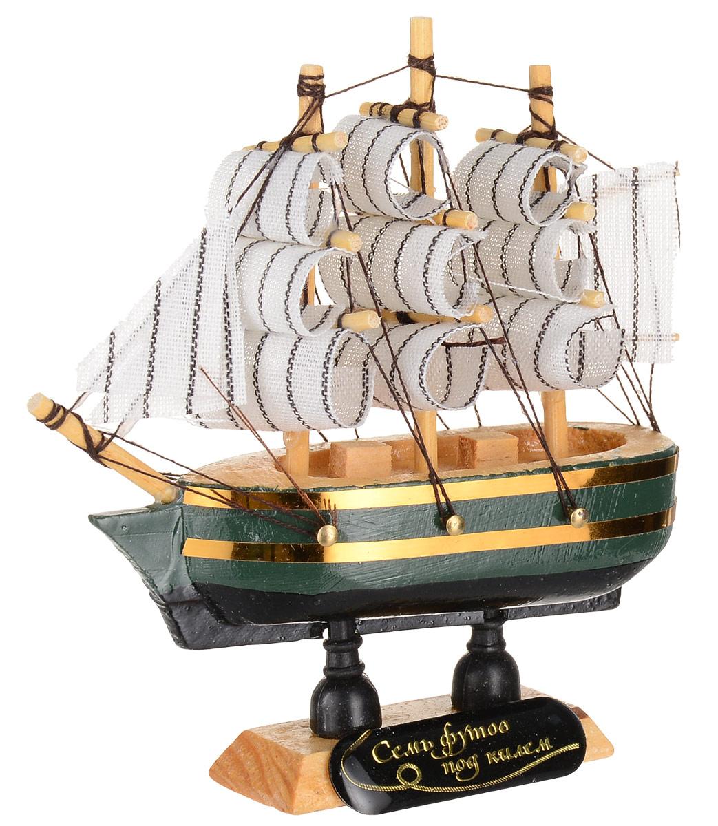 """Сувенирный корабль """"Семь футов под килем"""", изготовленный из дерева и текстиля,  это великолепный элемент  декора рабочей зоны в офисе или кабинете. Корабль с парусами помещен на  деревянную подставку. Время идет, и мы становимся свидетелями развития  технического прогресса, новых учений и практик. Но одно не подвластно времени  - это любовь человека к морю и кораблям.  Сувенирный корабль наполнен историей и силой океанских вод.  Данная модель кораблика станет отличным подарком для всех любителей  морей, поклонников историй о покорении океанов и неизведанных земель.  Модель корабля - подарок со смыслом. Издавна на Руси считалось, что корабли  приносят удачу и везение. Поэтому их изображения, фигурки и точные копии  всегда присутствовали в помещениях.  Удивите себя и своих близких необычным презентом."""