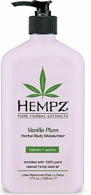 Hempz Молочко для тела увлажняющее слива и ваниль Vanilla Plum Herbal Body Moisturizer 500 мл676280014510Молочко для тела увлажняющее Cлива и Bаниль- это прекрасное средство для эффективного смягчения кожи, бережного увлажнения и деликатного омоложения. Оно представляет собой уникальный сбор бесценных даров природы: экстракта конопли - источника амино- и жирных кислот; масла сливы – вещества, которое обогатит кислородом и питательными частицами; и витаминов - антиоксидантов А, Е, С - помощников в борьбе с агрессивным влиянием внешней среды. Производитель гарантирует Вам 12-часовое увлажнение кожи!Молочко богато маслом ши и экстрактом женьшеня. Это великолепное и уникальное сочетание натуральных компонентов отлично охладит и успокоит кожу.Vanilla Plum Herbal Body Moisturizer- природная косметика, которая не содержит вредных парабенов,глютена и наркотических веществ. Забудьте о мелких морщинах, сухой и тусклой коже вместе с молочком для тела от HEMPZ!