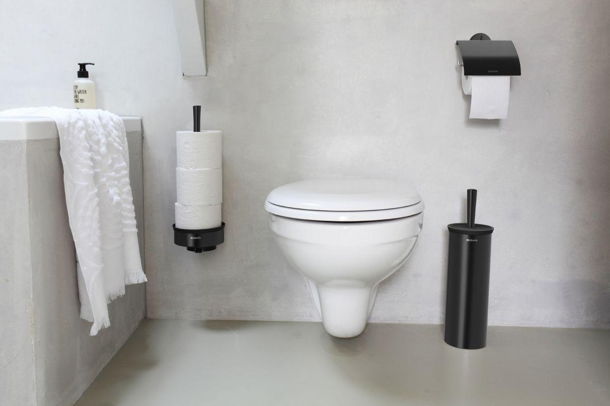 """Держатель для рулона Brabantia """"Classic"""" может крепиться как с правой, так и с левой стороны. Изготовлен из высококачественной нержавеющей стали с коррозионностойким покрытием. Превосходно сочетается с туалетным ершиком, мусорными баками и другими изделиями Brabantia."""