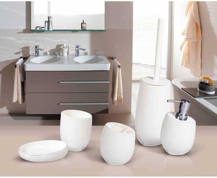 """Гарнитур для туалета """"Immanuel Repose White"""" включает в себя ершик и подставку. Ершик с жестким ворсом имеет удобную ручку, которая выполнена из белого пластика. Подставка изготовлена из акрила с пластиковой емкостью внутри. Ершик полностью вставляется в подставку и закрывается крышкой, что обеспечит гигиеничность использования и облегчит уход.  Ершик отлично чистит поверхность, а грязь с него легко смывается водой.   Характеристики:  Материал:  акрил, пластик. Цвет: белый. Длина ершика: 33 см. Длина ворса: 1,5 см. Диаметр подставки для ершика по верхнему краю: 8,5 см. Высота подставки: 18,5 см. Артикул: 12233."""