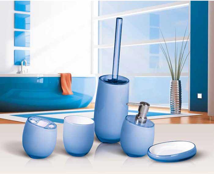 """Гарнитур для туалета """"Immanuel Repose Blue"""" включает в себя ершик и подставку. Ершик с жестким ворсом имеет удобную ручку, которая выполнена из прозрачного акрила. Подставка изготовлена из акрила голубого цвета с пластиковой емкостью внутри. Ершик полностью вставляется в подставку и закрывается крышкой, что обеспечит гигиеничность использования и облегчит уход.  Ершик отлично чистит поверхность, а грязь с него легко смывается водой.   Характеристики:  Материал:  акрил. Цвет: голубой. Длина ершика: 33 см. Длина ворса: 1,5 см. Диаметр подставки для ершика по верхнему краю: 8,5 см. Высота подставки: 18,5 см. Артикул: 12288."""