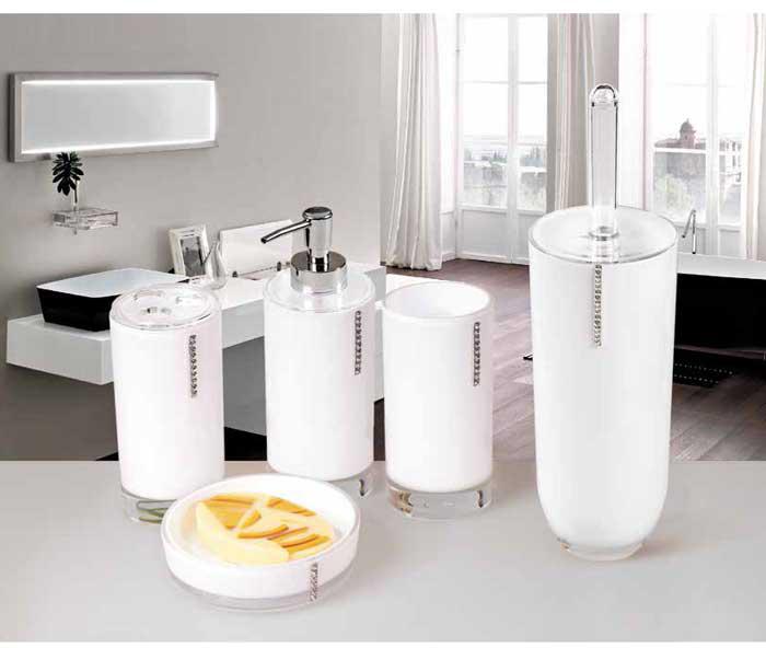 """Гарнитур для туалета Tatkraft """"Diamond White""""- это необходимая вещь в каждом доме.  Чаша с устойчивым основанием не позволяет жидкости пролиться. Большая круглая моющая часть ершика, выполненная из прочных полимерных волокон, позволяет легко чистить поверхность. Характеристики: Материал:  акрил, пластик. Размер гарнитура:  34 см х 11 см х 11 см. Длина ручки:  23 см. Диаметр подставки:  10,5 см. Высота подставки:  25 см. Размер упаковки:  37 см х 11 см х 11 см."""