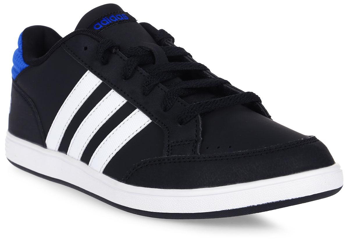 Кроссовки для мальчика adidas Hoops K, цвет: черный, синий. AQ1653. Размер 36AQ1653Кроссовки от Adidas придутся по душе вашему ребенку. Верх обуви, изготовленный из искусственной кожи, оформлен логотипом бренда на заднике, контрастными полосками по бокам и фирменной нашивкой на язычке. Классическая шнуровка надежно зафиксирует изделие на ноге. Подкладка и стелька из текстиля гарантируют комфорт и уют. Стильные кроссовки займут достойное место в гардеробе вашего ребенка.