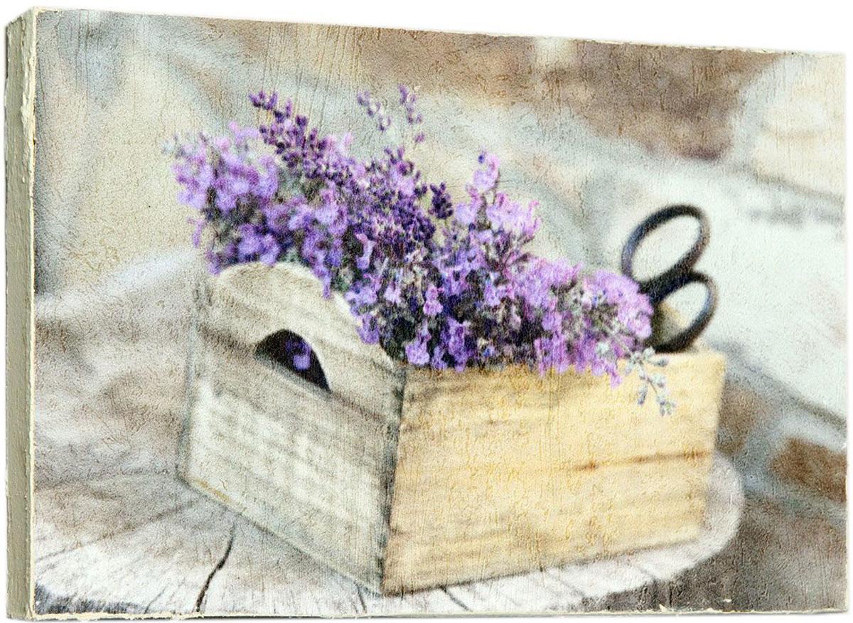 """Нежная картина """"Букетик лаванды"""" с цветами и ножницами в деревянной коробке станет отличным подарком для девушки, любящей заниматься рукоделием.  Картина-постер на деревянной раме, лицевая поверхность имитирует штукатурку или натуральный холст, края окрашены в ручную специальным декоративным составом. Картину-постер можно мыть.  Размер: 14,5 х 22 х 2,5 см."""