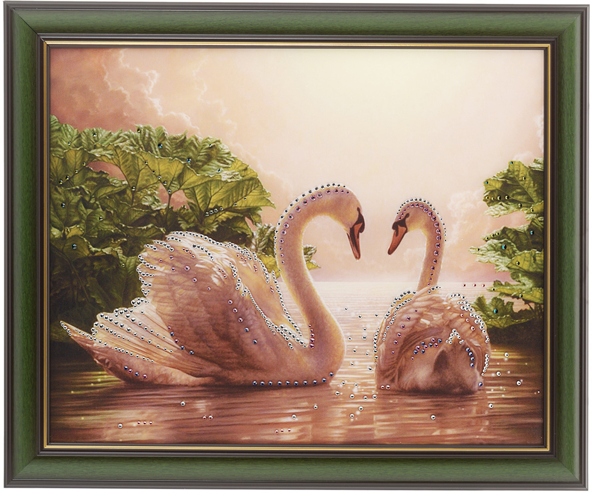 Картина с кристаллами Swarovski Влюбленные лебеди, 58,5 х 48,5 см1439Изящная картина в багетной раме, инкрустирована кристаллами Swarovski, которые отличаются четкой и ровной огранкой, ярким блеском и чистотой цвета. Красочное изображение лебедей, расположенное под стеклом, прекрасно дополняет блеск кристаллов. С обратной стороны имеется металлическая проволока для размещения картины на стене. Картина с кристаллами Swarovski Влюбленные лебеди элегантно украсит интерьер дома или офиса, а также станет прекрасным подарком, который обязательно понравится получателю. Блеск кристаллов в интерьере, что может быть сказочнее и удивительнее. Картина упакована в подарочную картонную коробку синего цвета и комплектуется сертификатом соответствия Swarovski.