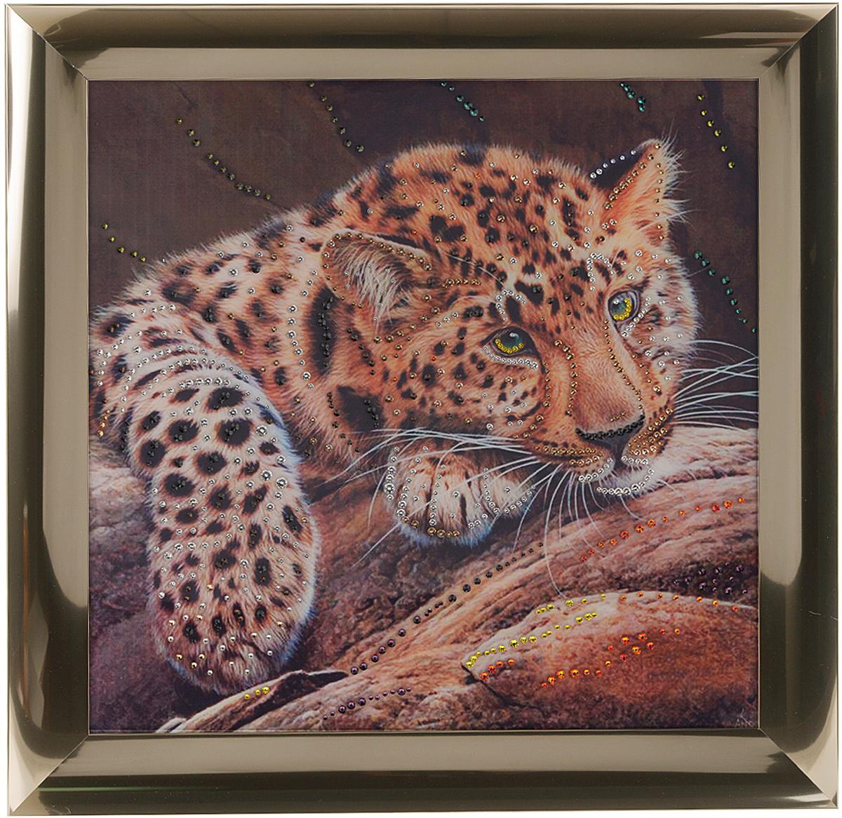 Картина с кристаллами Swarovski Леопард, 47 см х 47 см1332Изящная картина в металлической раме, инкрустирована кристаллами Swarovski, которые отличаются четкой и ровной огранкой, ярким блеском и чистотой цвета. Красочное изображение леопарда, расположенное под стеклом, прекрасно дополняет блеск кристаллов. С обратной стороны имеется металлическая петелька для размещения картины на стене.Картина с кристаллами Swarovski Леопард элегантно украсит интерьер дома или офиса, а также станет прекрасным подарком, который обязательно понравится получателю. Блеск кристаллов в интерьере, что может быть сказочнее и удивительнее.Картина упакована в подарочную картонную коробку синего цвета и комплектуется сертификатом соответствия Swarovski.