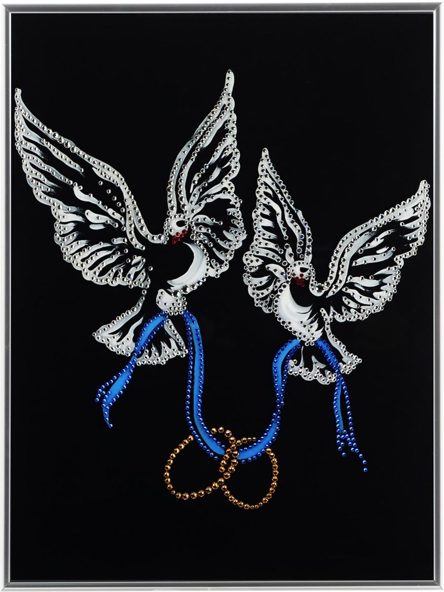 Картина с кристаллами Swarovski Любовь и голуби, 30 см х 40 см1201Изящная картина в металлической раме, инкрустирована кристаллами Swarovski в виде двух голубей. Кристаллы Swarovski отличаются четкой и ровной огранкой, ярким блеском и чистотой цвета. Под стеклом картина оформлена бархатистой тканью, что прекрасно дополняет блеск кристаллов. С обратной стороны имеется металлическая петелька для размещения картины на стене.Картина с кристаллами Swarovski Любовь и голуби элегантно украсит интерьер дома или офиса, а также станет прекрасным подарком, который обязательно понравится получателю. Блеск кристаллов в интерьере, что может быть сказочнее и удивительнее.Картина упакована в подарочную картонную коробку синего цвета и комплектуется сертификатом соответствия Swarovski.