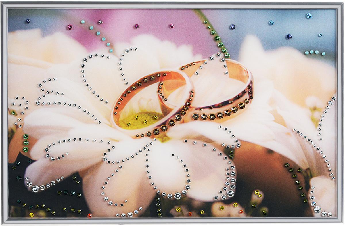 Картина с кристаллами Swarovski Обручальное кольцо, 30 х 20 см1231Изящная картина в металлической раме, инкрустирована кристаллами Swarovski, которые отличаются четкой и ровной огранкой, ярким блеском и чистотой цвета. Красочное изображение обручальных колец, расположенное под стеклом, прекрасно дополняет блеск кристаллов. С обратной стороны имеется металлическая петелька для размещения картины на стене.Картина с кристаллами Swarovski Обручальное кольцо элегантно украсит интерьер дома или офиса, а также станет прекрасным подарком, который обязательно понравится получателю. Блеск кристаллов в интерьере, что может быть сказочнее и удивительнее. Картина упакована в подарочную картонную коробку синего цвета и комплектуется сертификатом соответствия Swarovski.