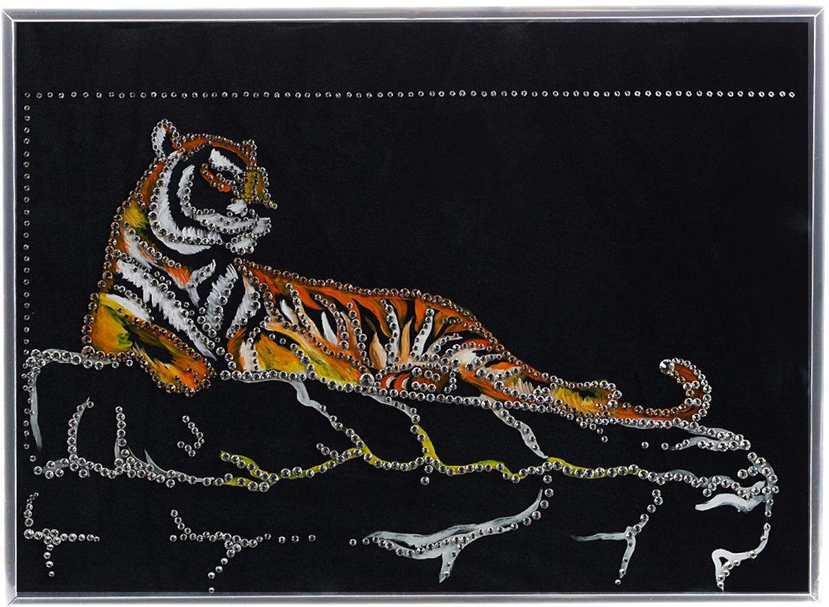 Картина с кристаллами Swarovski Тигр Шерхан, 40 см х 30 см1295Изящная картина в металлической раме, инкрустирована кристаллами Swarovski, которые отличаются четкой и ровной огранкой, ярким блеском и чистотой цвета. Красочное изображение тигра, расположенное на внутренней стороне стекла, прекрасно дополняет блеск кристаллов. Под стеклом картина оформлены бархатистой тканью черного цвета. С обратной стороны имеется металлическая петелька для размещения картины на стене.Картина с кристаллами Swarovski Тигр Шерхан элегантно украсит интерьер дома или офиса, а также станет прекрасным подарком, который обязательно понравится получателю. Блеск кристаллов в интерьере, что может быть сказочнее и удивительнее. Картина упакована в подарочную картонную коробку синего цвета и комплектуется сертификатом соответствия Swarovski.