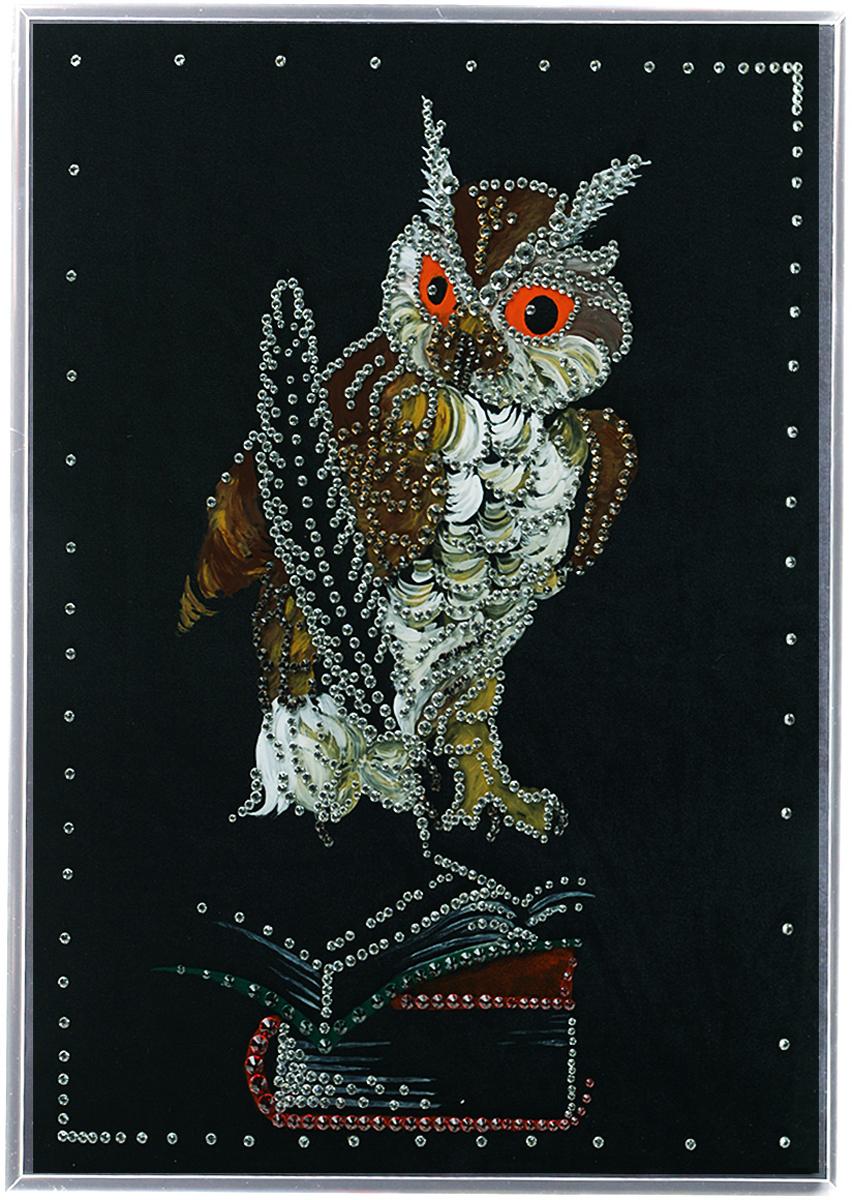 Картина с кристаллами Swarovski Мудрая сова, 30 х 40 см1218Изящная картина в металлической раме, инкрустирована кристаллами Swarovski, которые отличаются четкой и ровной огранкой, ярким блеском и чистотой цвета. Красочное изображение совы, расположенное на внутренней стороне стекла, прекрасно дополняет блеск кристаллов. Под стеклом картина оформлена бархатистой тканью черного цвета. С обратной стороны имеется металлическая петелька для размещения картины на стене.Картина с кристаллами Swarovski Мудрая сова элегантно украсит интерьер дома или офиса, а также станет прекрасным подарком, который обязательно понравится получателю. Блеск кристаллов в интерьере, что может быть сказочнее и удивительнее. Картина упакована в подарочную картонную коробку синего цвета и комплектуется сертификатом соответствия Swarovski.