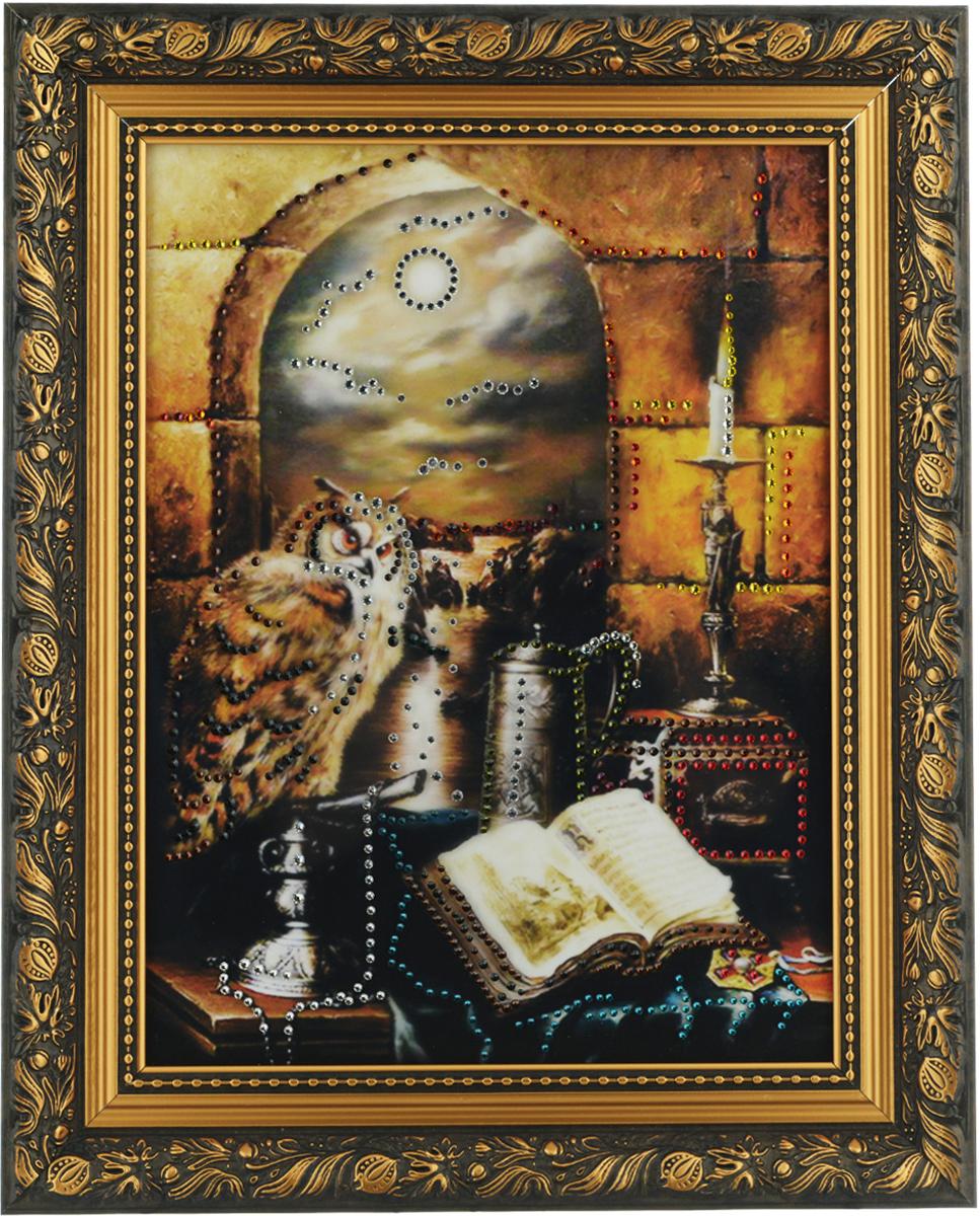 Картина с кристаллами Swarovski Филин на книгах, 40 х 50 см1301Изящная картина в багетной раме, инкрустирована кристаллами Swarovski, которые отличаются четкой и ровной огранкой, ярким блеском и чистотой цвета. Красочное изображение филина на книгах, расположенное под стеклом, прекрасно дополняет блеск кристаллов. С обратной стороны имеется металлическая проволока для размещения картины на стене.Картина с кристаллами Swarovski Филин на книгах элегантно украсит интерьер дома или офиса, а также станет прекрасным подарком, который обязательно понравится получателю. Блеск кристаллов в интерьере, что может быть сказочнее и удивительнее.Картина упакована в подарочную картонную коробку синего цвета и комплектуется сертификатом соответствия Swarovski.