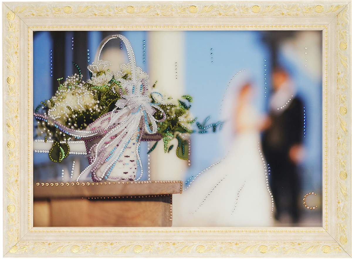 Картина с кристаллами Swarovski Свадебные цветы, 70 см х 50 см1420Изящная картина в багетной раме, инкрустирована кристаллами Swarovski, которые отличаются четкой и ровной огранкой, ярким блеском и чистотой цвета. Красочное изображение свадебных цветов, расположенное под стеклом, прекрасно дополняет блеск кристаллов. С обратной стороны имеется металлическая проволока для размещения картины на стене.Картина с кристаллами Swarovski Свадебные цветы элегантно украсит интерьер дома или офиса, а также станет прекрасным подарком, который обязательно понравится получателю. Блеск кристаллов в интерьере, что может быть сказочнее и удивительнее.Картина упакована в подарочную картонную коробку синего цвета и комплектуется сертификатом соответствия Swarovski.