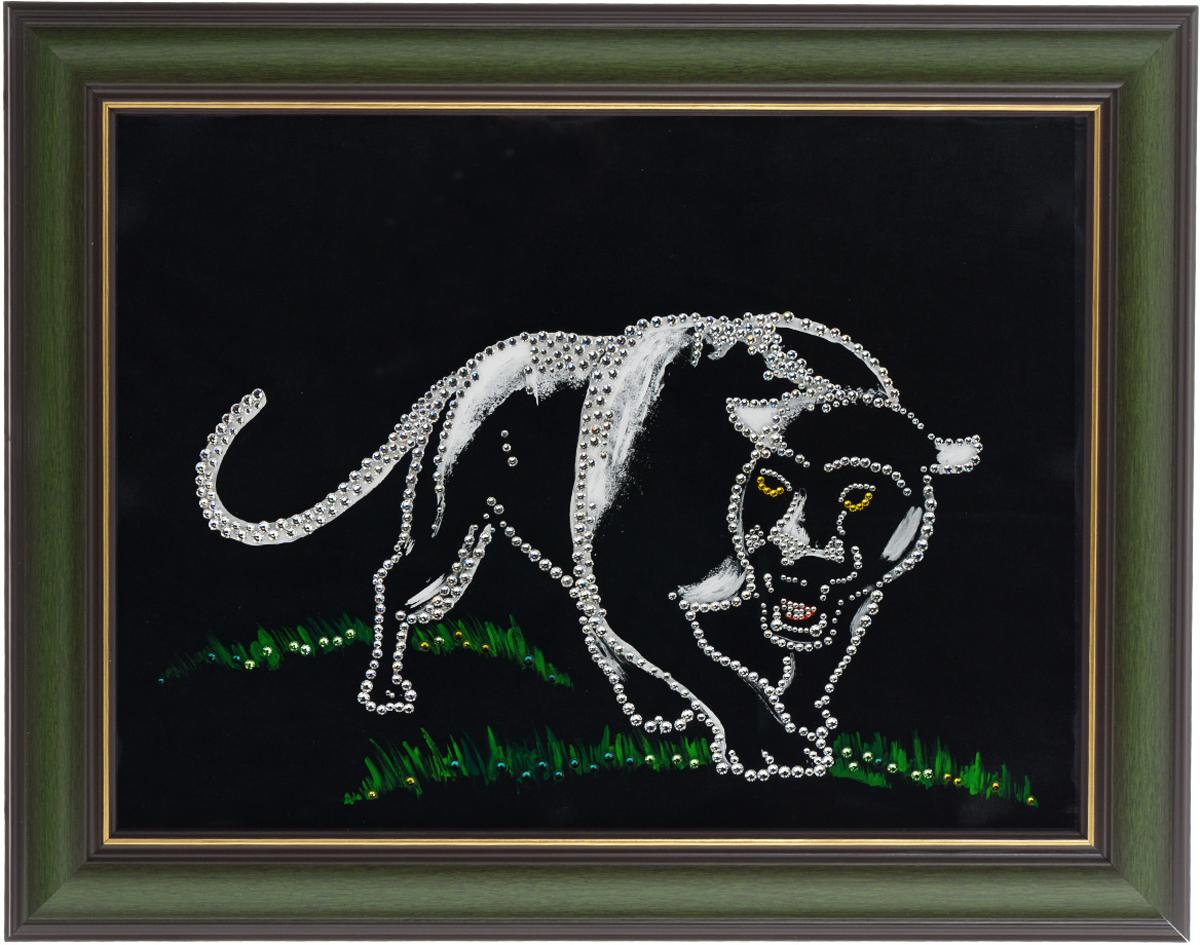 Картина с кристаллами Swarovski Пантера, 48 х 38 см1430Изящная картина в багетной раме, инкрустирована кристаллами Swarovski в виде пантеры. Кристаллы Swarovski отличаются четкой и ровной огранкой, ярким блеском и чистотой цвета. Под стеклом картина оформлена бархатистой тканью, что прекрасно дополняет блеск кристаллов. С обратной стороны имеется металлическая проволока для размещения картины на стене.Картина с кристаллами Swarovski Пантера элегантно украсит интерьер дома или офиса, а также станет прекрасным подарком, который обязательно понравится получателю. Блеск кристаллов в интерьере, что может быть сказочнее и удивительнее.Картина упакована в подарочную картонную коробку синего цвета и комплектуется сертификатом соответствия Swarovski.