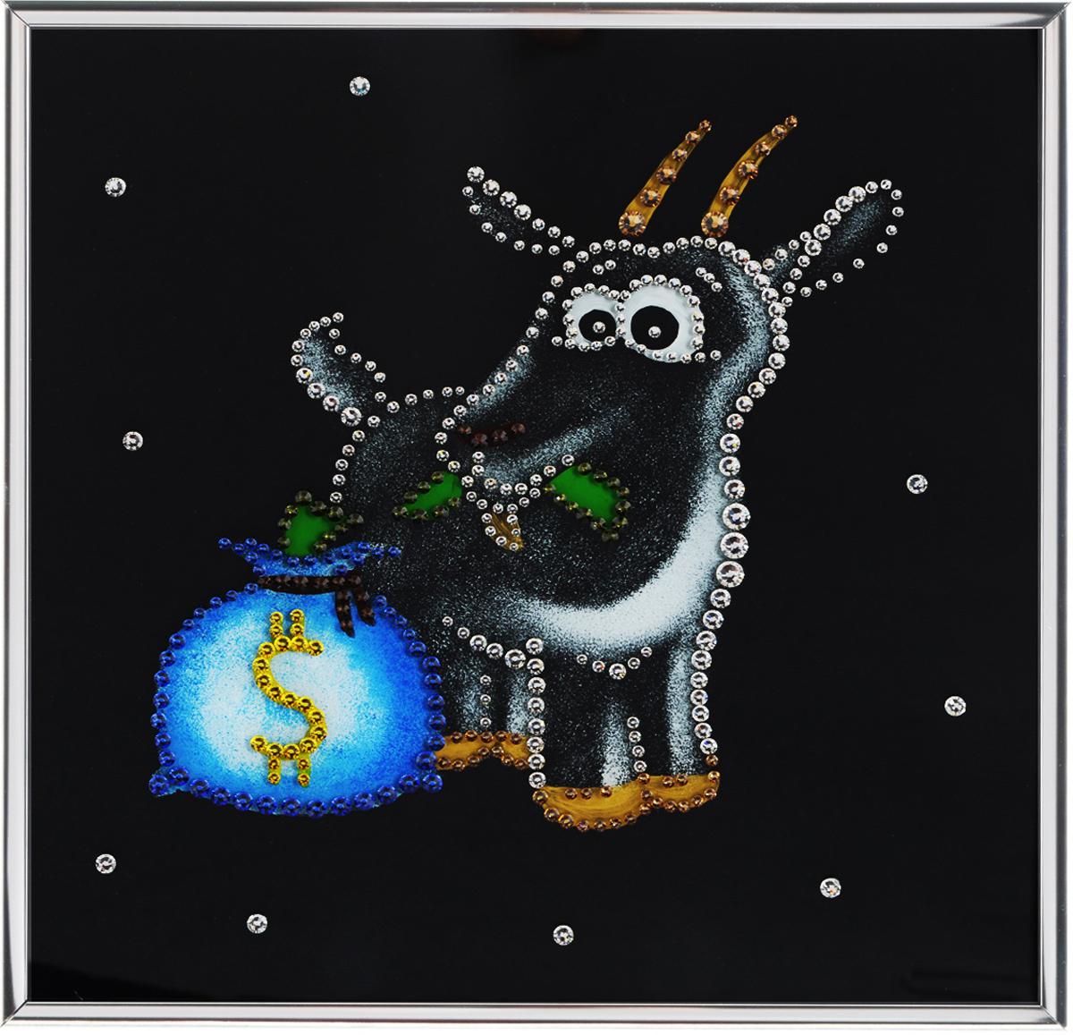 Картина с кристаллами Swarovski Новогодний сюрприз, 25 см х 25 см1541Изящная картина в металлической раме, инкрустирована кристаллами Swarovski, которые отличаются четкой и ровной огранкой, ярким блеском и чистотой цвета. Красочное изображение овечки с мешком денег, расположенное под стеклом, прекрасно дополняет блеск кристаллов. С обратной стороны имеется металлическая петелька для размещения картины на стене.Картина с кристаллами Swarovski Новогодний сюрприз элегантно украсит интерьер дома или офиса, а также станет прекрасным подарком, который обязательно понравится получателю. Блеск кристаллов в интерьере, что может быть сказочнее и удивительнее.Картина упакована в подарочную картонную коробку синего цвета и комплектуется сертификатом соответствия Swarovski. Количество кристаллов: 382 шт.Размер картины: 25 см х 25 см.