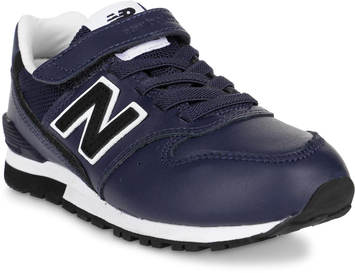 Кроссовки для мальчиков New Balance 996, цвет: синий. KV996RYY/M. Размер 29KV996RYY/MДетские кроссовки от New Balance выполнены из натуральной кожи и дышащего текстиля. Модель на ноге фиксируется при помощи классической шнуровки и ремешка на липучке. Подкладка и стелька из текстиля гарантируют комфорт при носке. Гибкая и мягкая резиновая подошва долговечна и обеспечивает высокую устойчивость к деформациям, амортизация обеспечит высокий комфорт во время ежедневного использования.