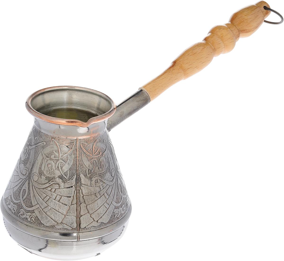 """Турка """"Станица"""" предназначена для приготовления натурального кофе. Изготовлена из  высококачественной  кованой меди. Внешние стенки декорированы красивым рельефным орнаментом. Внутри турка  покрыта пищевым  оловом. Изделие имеет узкое горлышко и специальный носик. Рукоятка выполнена из дерева и  снабжена  металлическим кольцом, благодаря которому изделие можно подвесить на крючок.  Кофе в турке варится очень просто. Насыпьте молотый кофе, залейте водой и варите на слабом  огне, не доводя до  кипения. Чем дольше кофе варить, тем крепче он становится.  Джезва - это турецкое слово, которое обозначает сосуд с длинной ручкой, в котором варят кофе  по-турецки.   Диаметр турки (по верхнему краю): 6 см.  Диаметр дна: 7 см.  Длина ручки: 17 см.   Уважаемые клиенты!  Обращаем ваше внимание на возможные изменения в дизайне товара. Поставка осуществляется  в зависимости от наличия на складе."""
