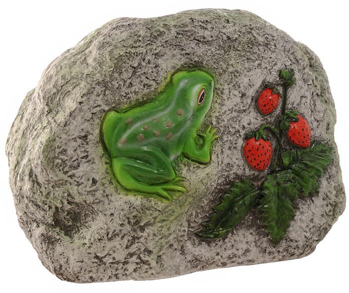 Декоративная фигурка, изготовленная из полистоуна (безвредный для человека материал, устойчивый к воздействию внешней среды: влажность, солнце, перепады температуры), выполнена в виде камня, декорированного рельефным изображением в виде лягушки и веточки с ягодами земляники. Такая фигурка позволяет создать правдоподобную декорацию и почувствовать себя среди живой природы. Декоративные садовые фигурки представляют собой последний штрих при создании ландшафтного дизайна дачного или приусадебного участка. Они способны придать участку собственный, ни на что не похожий образ. Кроме этого, веселые и незатейливые фигурки поднимут настроение вам, вашим друзьям и родным.   Характеристики:Материал: полистоун. Размер фигурки:  26 см х 18 см х 12 см. Размер упаковки:  32 см х 22,5 см х 17 см. Производитель:  Китай. Артикул:  К006.