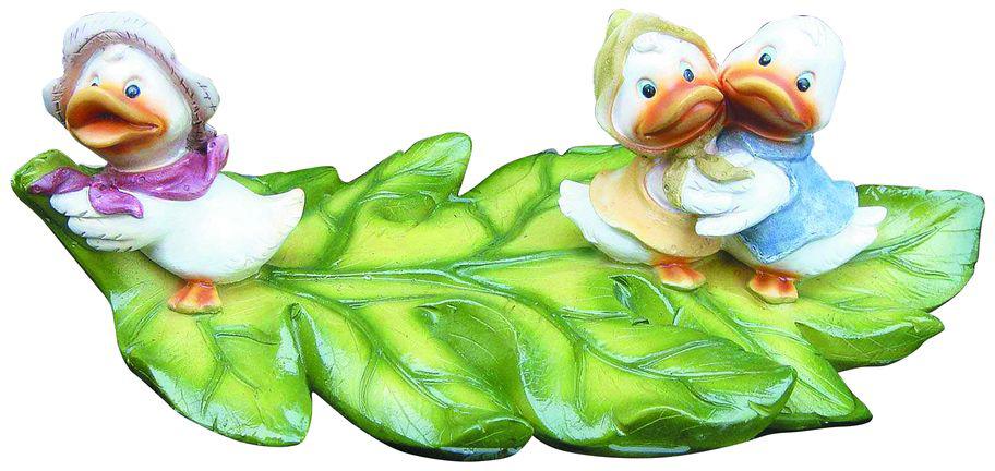 """Фигурка плавающая Green Apple """"Утята"""" изготовлена из полистоуна - это легкий практичный материал, который устойчив к любым погодным условиям, отличается прочностью и практичностью. Фигурка выполнена в виде зеленого листочка с тремя утятами, предназначена для небольших прудов на садовых и коттеджных участках. Послужит прекрасным декоративным украшением."""