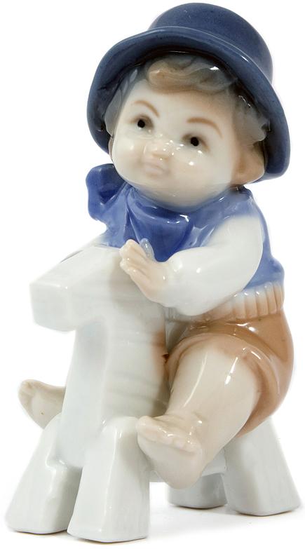 Статуэтка Мальчик на лошадке, фарфор, 10 см, цвет: синий10400Статуэтки из фарфора никогда не выйдут из моды, они по сей день украшают современный интерьер, вызывают интерес у коллекционеров и считаются антиквариатом.