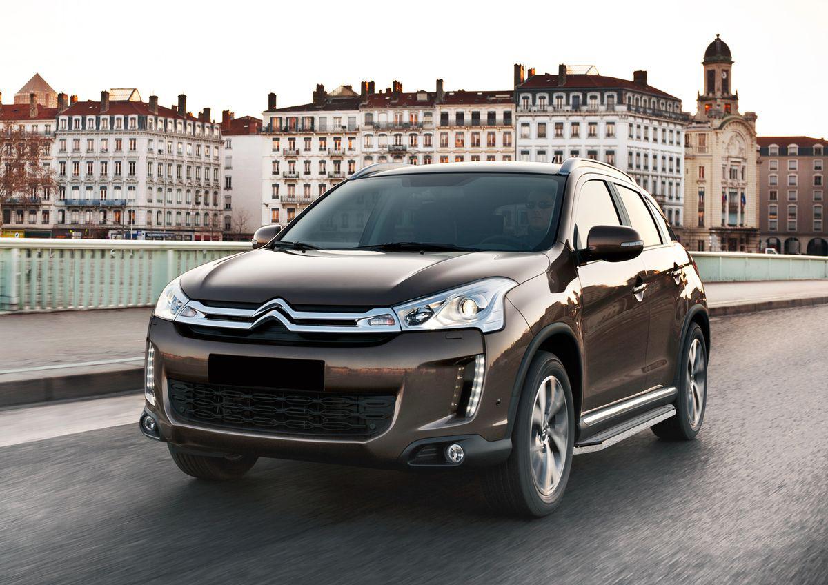 Пороги Rival Premium для Citroen C-Crosser 2007-2013 / C4 AirCross 2012-н.в. / Mitsubishi Outlander 2007-2012 2012-н.в. / ASX 2010-2015 2017- / Peugeot 4007 2007-2013 / 4008 2012-н.в., 173 см, 2 шт.A173ALP.4005.1Надежные пороги Rival обеспечивают удобство посадки в автомобиль водителю и пассажирам (в особенности детям), дополняют экстерьер автомобиля, придавая ему стильность и индивидуальность. Основное преимущество порогов Rival - наличие силовых кронштейнов, которые позволяют порогу выдерживать динамическую нагрузку до 300 кг, без повреждений конструкции. Алюминиевая основа не поддается коррозии, обеспечивает легкость и прочность. Накладка порога из прорезиненного пластика (возможен выбор дизайна) препятствует скольжению. Препятствует повреждению боковых поверхностей автомобиля. Установка в штатные места крепления, не требует сверления и дополнительной доработки автомобиля. Сохранение дорожного просвета (клиренса). Возможность регулировки порогов при установке на автомобиле. В комплекте стальной крепеж (толщина 5 мм) и инструкция по установке. Совместимость с дополнительным оборудованием и аксессуарами Rival и с большинством оригинальных аксессуаров.