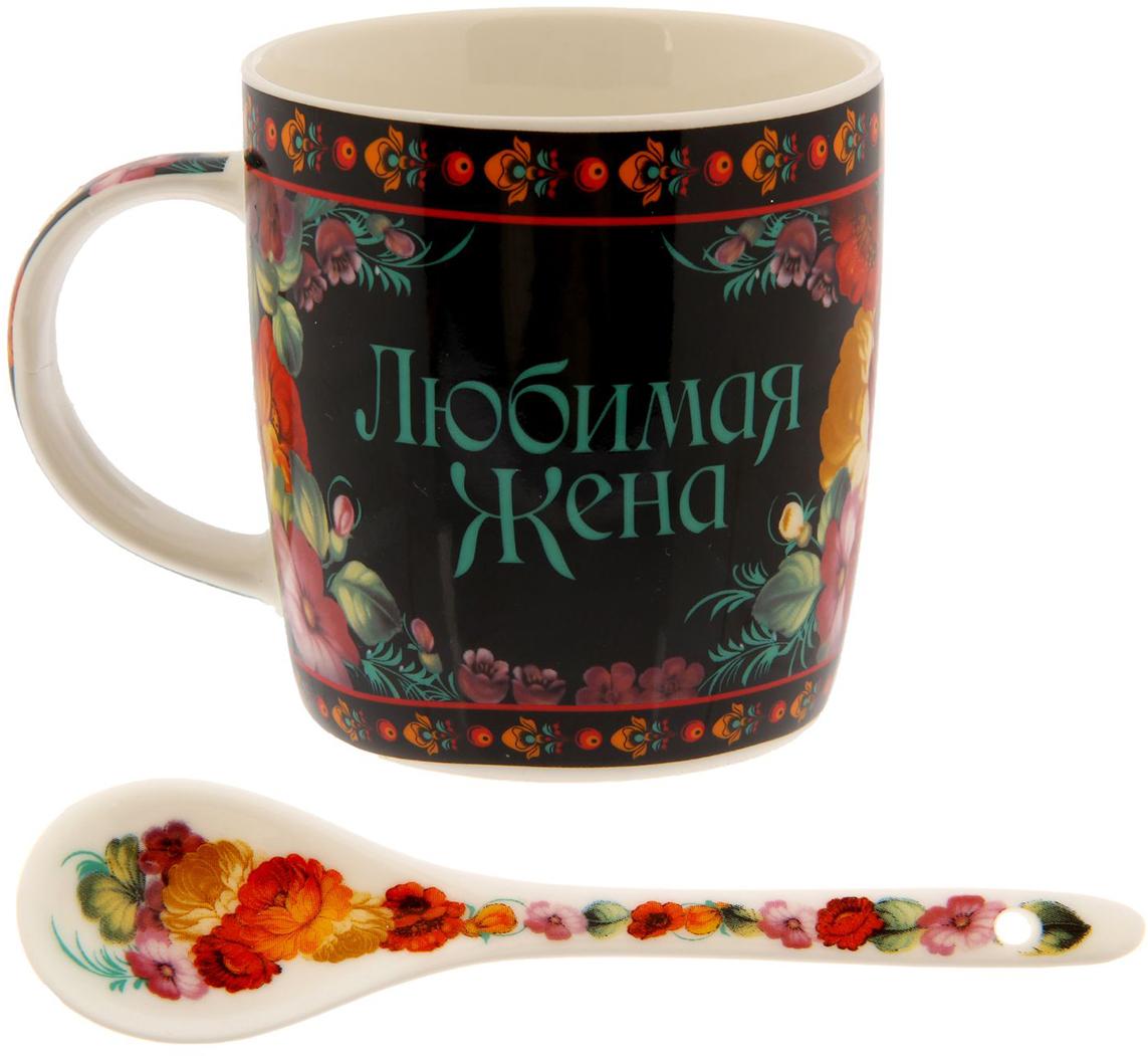 Кружка Sima-Land Любимая жена, с ложкой, 350 мл1116150Уют в любом месте: дома или на работе – складывается из самых разных мелочей. Любой напиток станет вкуснее и ароматнее, если у вас есть такая посуда. Аккуратная ложечка, которая входит в комплект, позволит совмещать приятное чаепитие с наслаждением от вкусного десерта, в любое время и в любом месте.Набор дополнен яркой привлекательной упаковкой. Это креативный и полезный сувенир с теплыми пожеланиями и веселым дизайном для близких и родных!Радуйте и удивляйте!