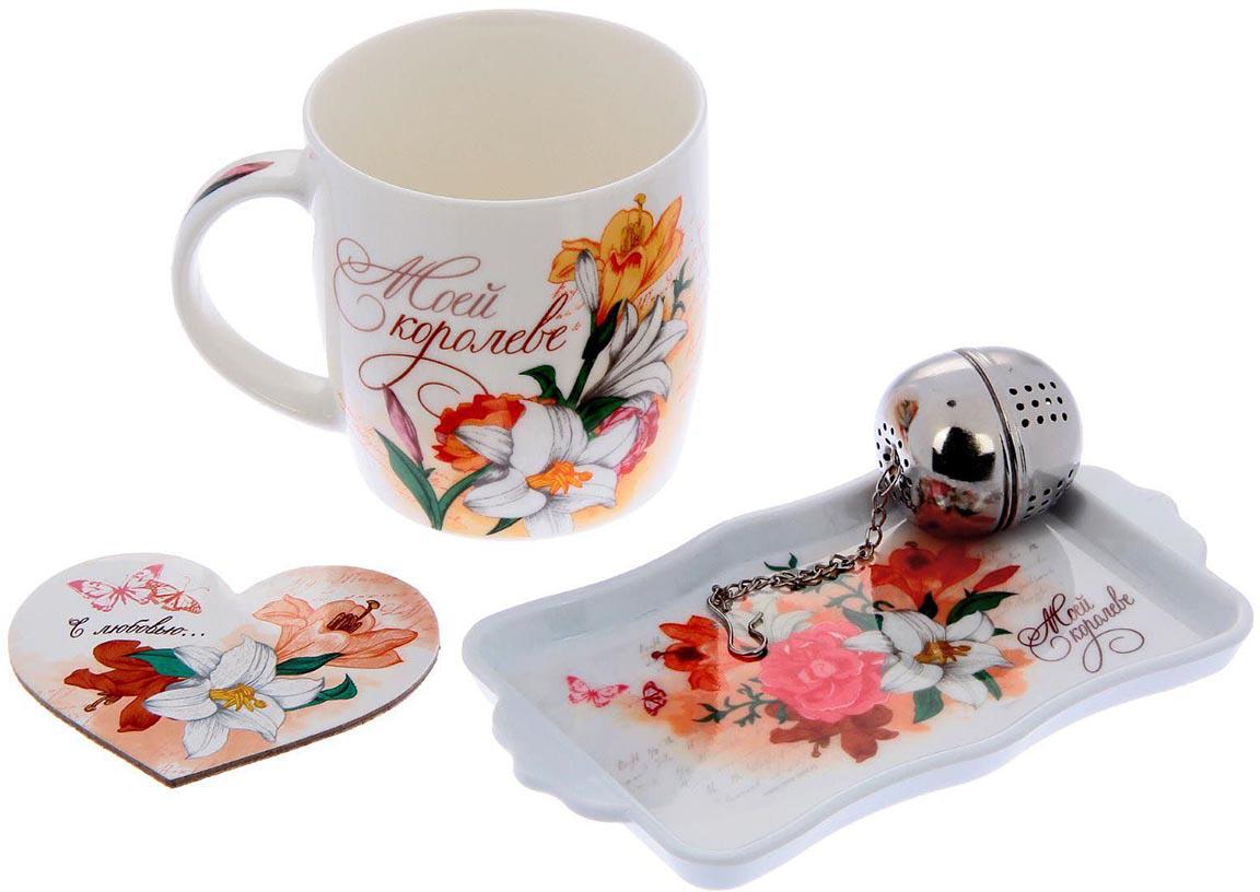 """Набор подарочный Sima-Land """"Королеве"""" создан, чтобы дарить радость милым барышням.  Керамическая кружка с авторским рисунком станет идеальным атрибутом чаепития  благодаря оптимальному объему. Ситечко для заварки позволит пить всегда свежий,  вкусный чай, ведь теперь не нужно готовить целый чайник. Пробковая подставка (9 см)  сбережет скатерть от пятен. А с подносом (16,5 х 9,5 см) удобно носить чай с печеньем на  уютный диванчик. Набор упакован в пластиковую подарочную коробку."""