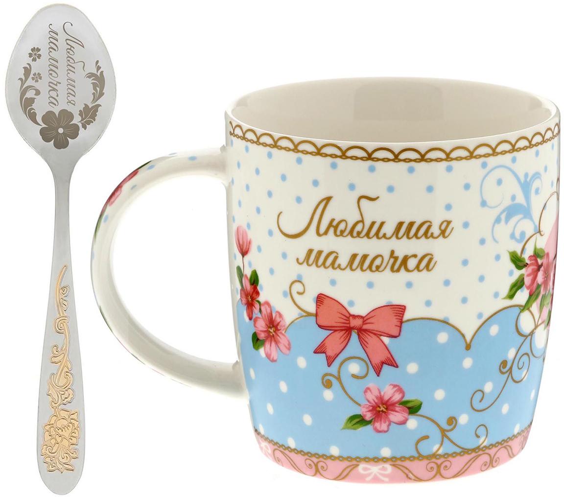 Кружка Sima-Land Любимая мамуля, с ложкой, 300 мл1531043Радуйте и удивляйте!Уют складывается из самых разных мелочей. Напиток станет вкуснее и ароматнее, если у вас есть стильная посуда. Аккуратная ложечка, которая входит в комплект, позволит совмещать приятное чаепитие с наслаждением от вкусного десерта.Пара преподносится в яркой привлекательной подарочной коробочке. Это креативный и полезный сувенир с теплыми пожеланиями для близких и родных!Соберите коллекцию для всей семьи, тогда каждое чаепитие в кругу родных превратится в настоящую церемонию!