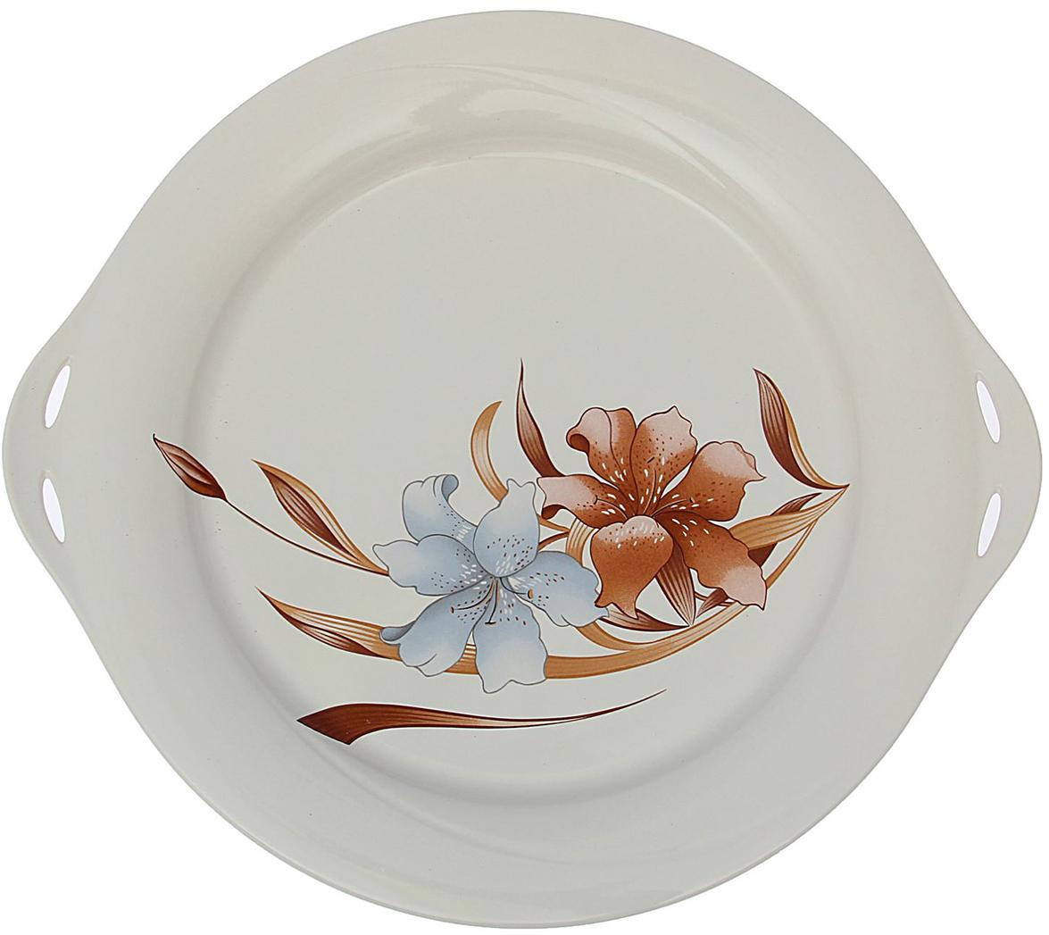 Блюдо Керамика ручной работы Лилия, диаметр 32 см1562922Это сервировочное блюдо понравится любителям вкусной и полезной домашней пищи. Такая посуда практична и красива, в ней можно хранить и подавать разнообразные блюда. При многократном использовании изделие сохранит свой вид и выдержит мытье в посудомоечной машине. В керамической емкости горячая пища долго сохраняет свое тепло, остуженные блюда остаются прохладными. Изделие не выделяет вредных веществ при нагревании и длительном хранении за счет экологичности материала. Блюда, поданные в такой посуде, выглядят привлекательно и аппетитно.