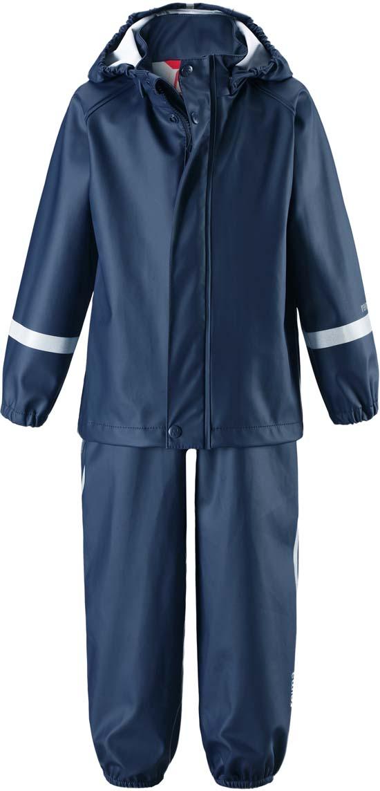 Дождевик детский Reima Tihku, цвет: синий. 5131036980. Размер 925131036980Комплект одежды детский Reima Tihku выполнен из полиуретана и текстиля. Съемный капюшон защищает от ветра и безопасен во время игр на свежем воздухе даже во время дождя. Съемные штрипки легко крепятся под резиновыми сапогами или непромокаемыми кроссовками и не дают брючинам задираться. Этот комплект для дождя снабжен светоотражающими деталями, благодаря которым маленьких непосед будет хорошо видно даже после наступления темноты.