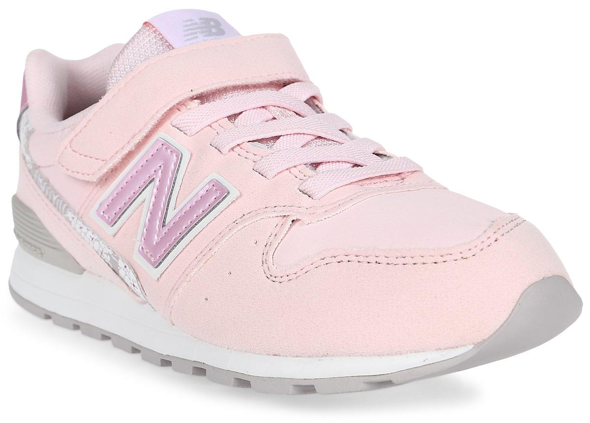 Кроссовки для девочек New Balance 996, цвет: розовый, белый. KV996F1Y/M. Размер 33KV996F1Y/MДетские кроссовки от New Balance выполнены из нубука и дышащего текстиля. Модель на ноге фиксируется при помощи классической шнуровки и ремешка на липучке. Подкладка и стелька из текстиля гарантируют комфорт при носке. Гибкая и мягкая резиновая подошва долговечна и обеспечивает высокую устойчивость к деформациям, амортизация обеспечит высокий комфорт во время ежедневного использования.