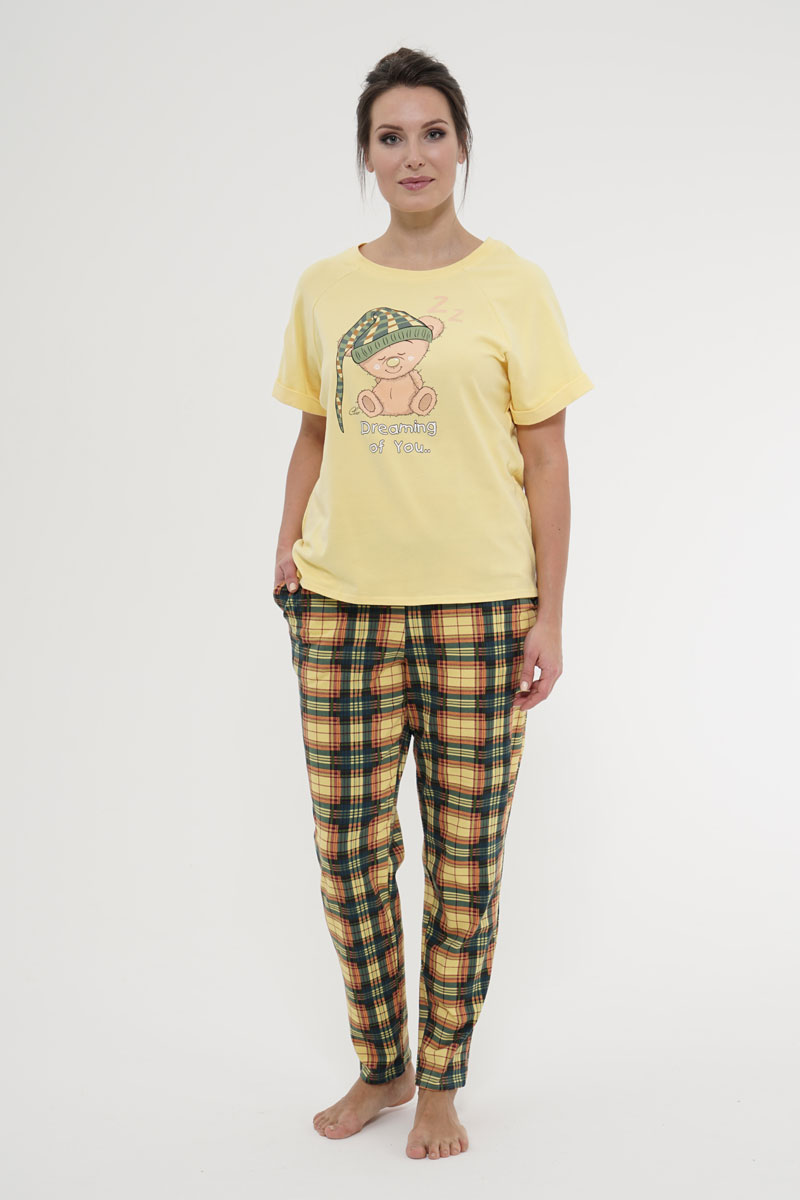 Комплект домашний женский Cleo Мишка, цвет: желтый. 919. Размер 48919Уютный и мягкий костюм для дома и отдыха из набивного и гладкокрашеного хлопкового трикотажа. Отделкой служит красочный шелкографический рисунок на переде футболки. Горловина круглая. Рукава короткие, покроя реглан, с цельнокроеными отворотами по низу. Низ футболки с уступами по боковым швам, длина переда – выше уровня линии бедра, спинка – до уровня линии бедра, в боковых швах по низу выполнены небольшие разрезы. Брюки зауженные к низу, длинные. Посадка брюк для с 42 по 48 размеров ниже талии, с 50 размера по талии. По верхним срезам брюк втачан широкий пояс с эластичной резинкой. На передних половинках брюк подкройные карманы с наклонной линией входа.
