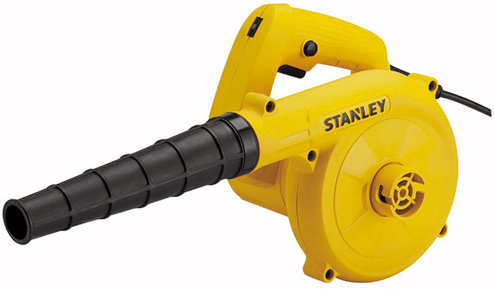 """Воздуходувка """"Stanley"""" отличается небольшим весом и габаритами. Имеет удобную ручку с вынесенными элементами управления. Работает от электрического двигателя мощностью 600 Вт, который разгоняет количество оборотов до 16000 в минуту. Скорость потока составляет 3500 л/мин. Агрегат эффективно убирает строительный мусор."""