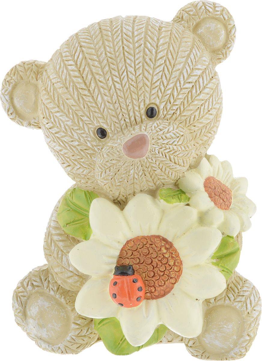 Фигурка декоративная Magic Home Мишка с подсолнухами, 7,3 х 6,4 х 9,1 см77142Декоративная фигурка, изготовленная из полирезины - это отличный вариант подарка к любому празднику для ваших близких и друзей. Фигурка прекрасно подойдет для декора. Её можно поставить в любом месте, где она будет удачно смотреться и радовать глаз.