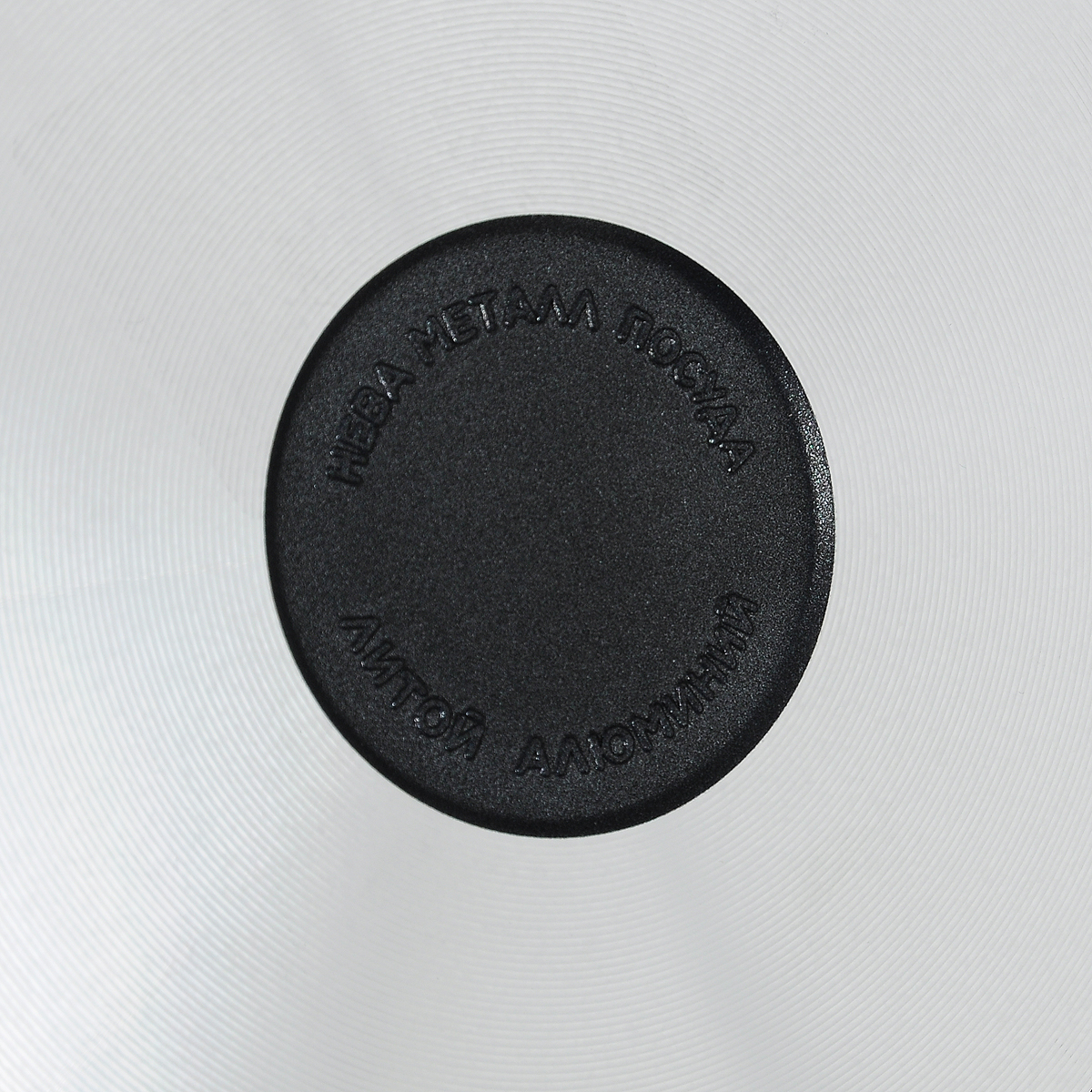 """Сковорода """"Традиционная"""" из серии литой алюминиевой посуды с антипригарным покрытием на водной основе. Антипригарное покрытие сделано на водной основе, относится к самому безопасному, четвертому классу по ГОСТу. Антипригарное покрытие традиционно производится БЕЗ использования PFOA (перфтороктановой кислоты). Равномерно нагревается за счет особой конструкции литого корпуса по принципу """"золотого сечения"""", толстых стенок (4 мм) и ещё более толстого дна (6 мм). Приготовленная еда получается особенно вкусной благодаря специфическим термоаккумулирующим свойствами пищевого сплава алюминия с кремнием. Корпус, отлитый вручную, практически не подвержен деформации даже при сильном нагреве.    Посуда подходит для использования на газовых, электрических и стеклокерамических плитах; морозильной камере; ее можно мыть в посудомоечной машине. Характеристики:  Материал: алюминий. Диаметр сковороды: 22 см. Высота стенки: 5,5 см. Длина ручки: 19 см. Диаметр дна: 16 см. Толщина стенок: 4 мм. Толщина дна: 6 мм. Производитель: Россия. Размер упаковки: 41,5 см х 23 см х 5,5 см. Артикул: 6122."""