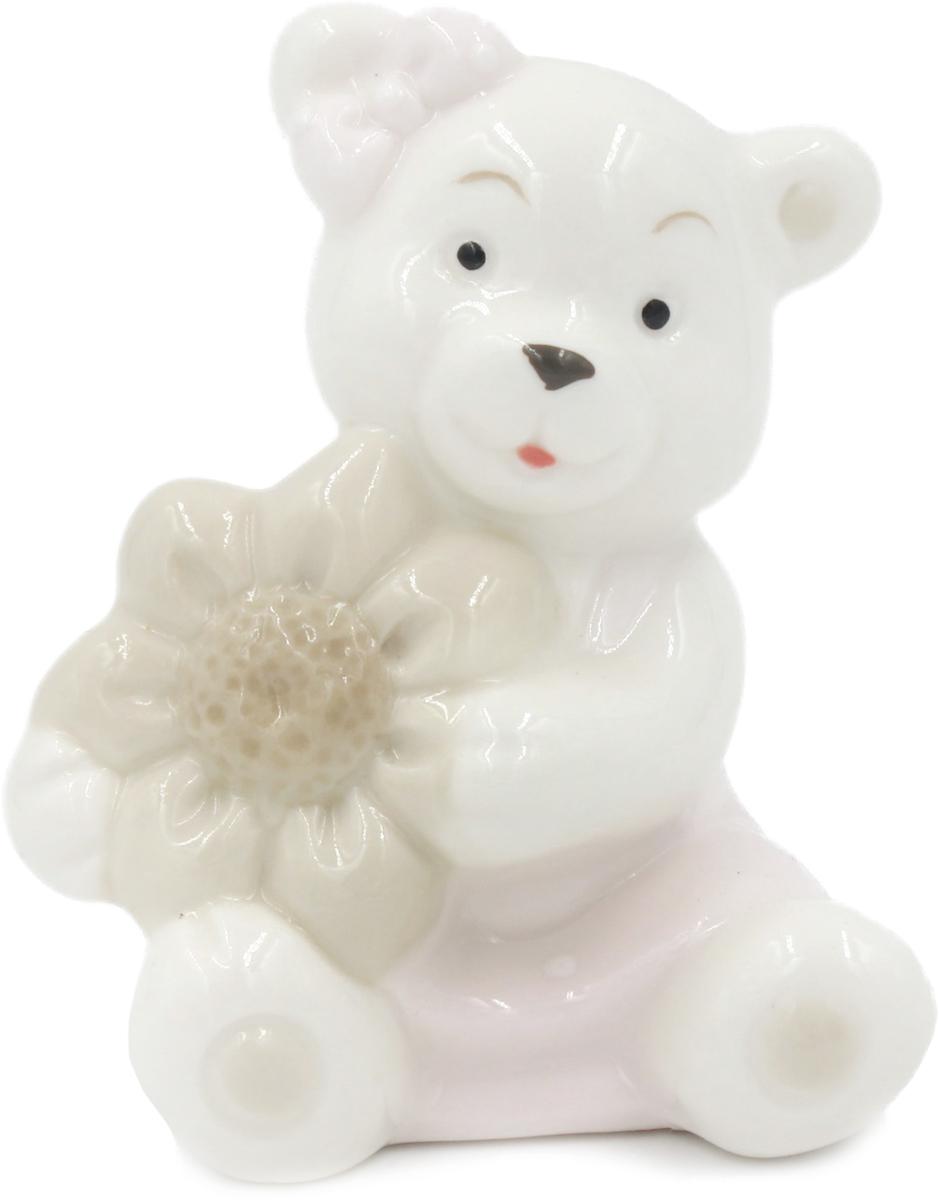 Фигурка декоративная Magic Home Мишка с цветочком, 4,8 х 6 х 8 см цена