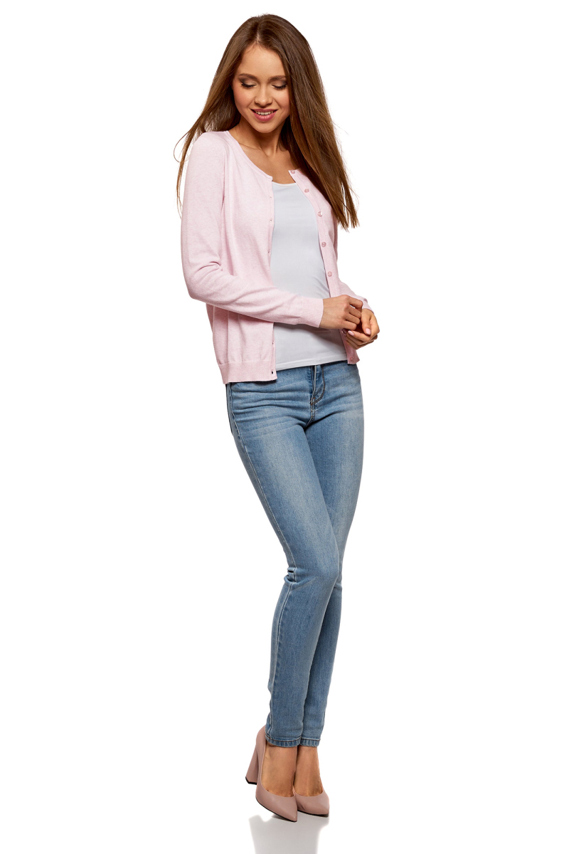Кардиган женский oodji Ultra, цвет: светло-розовый меланж. 63212568B/46192/4000M. Размер XL (50)63212568B/46192/4000MБазовый кардиган прямого силуэта с застежкой на пуговицы и округлым вырезом. Рукава и низ оформлены широкой резинкой, которая хорошо держит форму. Небольшой округлый вырез смотрится сдержанно и привлекает внимание к линиям шеи. Хлопковый трикотаж с добавлением эластана мягкий, теплый, хорошо тянется. В таком кардигане вам будет комфортно в прохладную погоду. Модель прямого кроя хорошо садится по фигуре. Элегантный вязаный кардиган подойдет для деловых и повседневных комплектов. В нем можно пойти на работу, учебу или официальное мероприятие, на встречу с друзьями или на прогулку в хорошей компании. К этому жакету вы легко подберете комплект из своего гардероба. Кардиган отлично сочетается с брюками, джинсами, юбками разной длины и фасона. Под него можно надеть блузку, топ или футболку. Такой кардиган можно носить застегнутым или нараспашку. Практичный и универсальный кардиган – идеальный выбор для тех, кто ценит комфорт и элегантность.