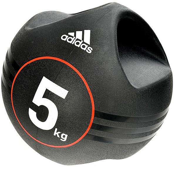 Медицинбол с ручками Adidas, 5 кгADBL-10413Это кажется очевидным, что медицинбол с двумя ручками можно держать одной рукой, а не двумя, что открывает возможность для разных направлений движений. Резиновый мяч имеет массивную рукоятку, причем центр тяжести находится ровно в центре мяча, что дает возможность использовать его наиболее эффективно как одной, так и двумя руками.