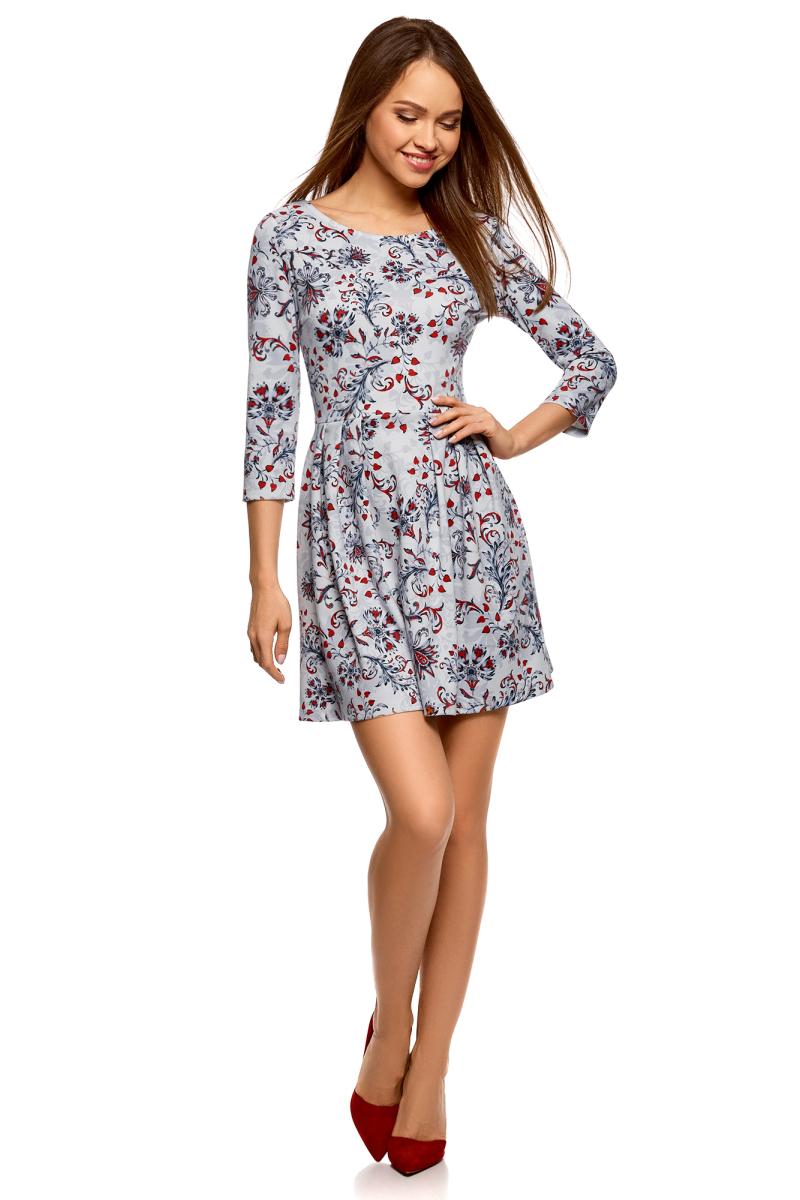 Платье oodji Ultra, цвет: светло-серый, голубой. 14011005-2B/37809/2070F. Размер L (48)14011005-2B/37809/2070FТрикотажное платье от oodji выполнено из эластичного полиэстера. Модель с рукавами 3/4 и круглым вырезом горловины на спинке застегивается на молнию.