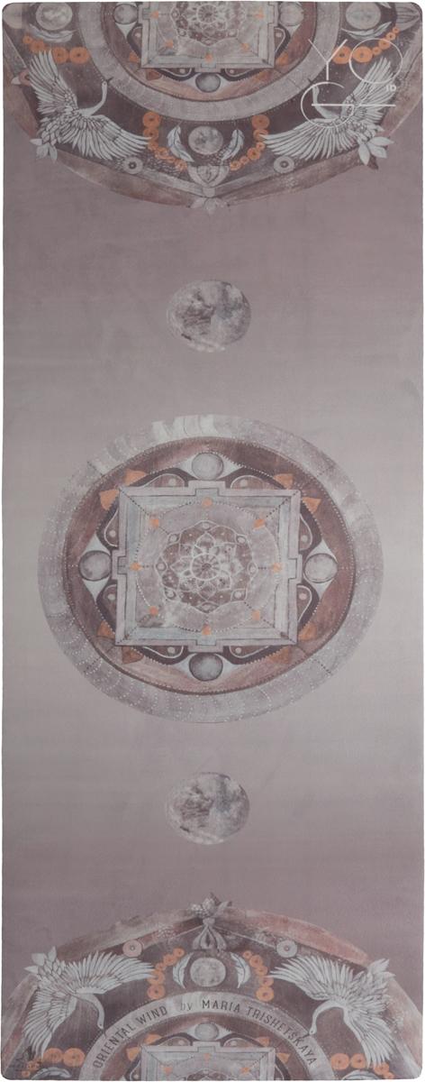 Коврик для йоги Yoga ID Oriental Wind Limited Edition, цвет: серый, 173 х 61 х 0,3 см0029Лимитированный выпуск. Выполнен в коллаборации с культовым художником - декоратором Марией Трищецкой. Вдохновением послужило одно из самых известных панно, созданных Марией - Лунная мандала. Cлово «мандала» буквально означает «то, что окружает центр». «Центр» несет в себе значение, а то, что его окружает, – мандала, является представленным в форме круга символом, который выражает это значение. Традиционно мандала может служить визуальным пособием для медитации.Коврик Yoga ID - идеальный коврик для динамических практик, совмещающий в себе функции коврика и полотенца. Основание из натурального органического каучука обеспечивает надежную сцепку с любой поверхностью, а абсорбирующее покрытие microfiber предотвращает скольжение! И, в конце концов, это просто красиво!Характеристики:Размер: 1730 x 610 мм. Толщина: 3 мм.Вес: 2,3 кг.Материал: натуральный каучук, покрытие microfiber.В комплект входит переноска для коврика.Рекомендации по использованию: -рекомендуется ручная стирка при температуре 30°С с деликатным моющим средством. Для еще лучшей стабилизации в определенных асанах рекомендуется смачивать ладони водой перед началом практики. Как выбрать коврик для йоги – статья на OZON Гид.