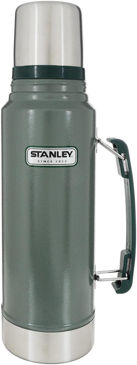 """Термос Stanley """"Legendary Classic"""" выполнен из нержавеющей стали, а наружное покрытие абразивостойкая эмаль. Удерживает температуру жидкости в течение 24 часов. Крышку можно использовать как стакан, ее объем 240 мл.  Стильный функциональный термос будет незаменим в дороге, на пикнике. Его можно взять с собой куда угодно, и вы всегда сможете наслаждаться горячим домашним напитком.  Диаметр термоса: 9,5 см.  Высота термоса (с учетом крышки): 35,5 см."""